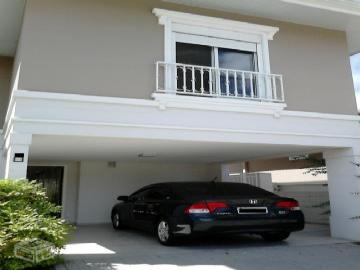 4 Dormitórios / 2 suítes Garagem para 5 carros Churrasqueira