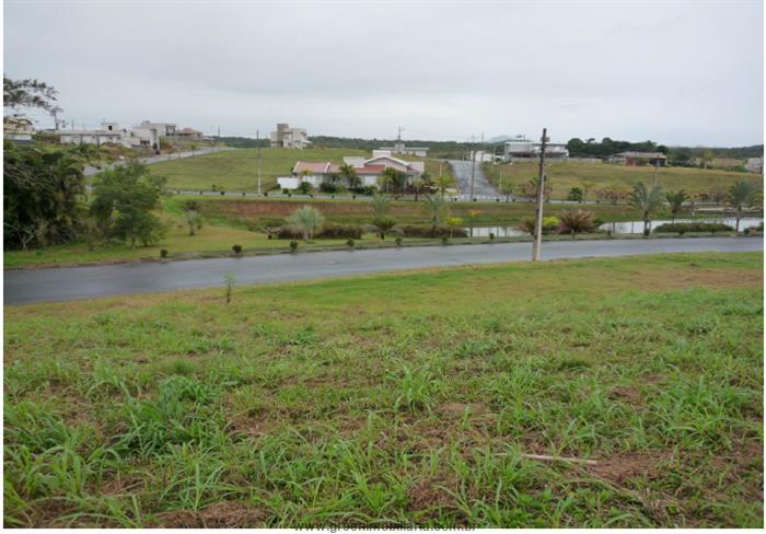 Vista do lote para o lago e área verde em frente